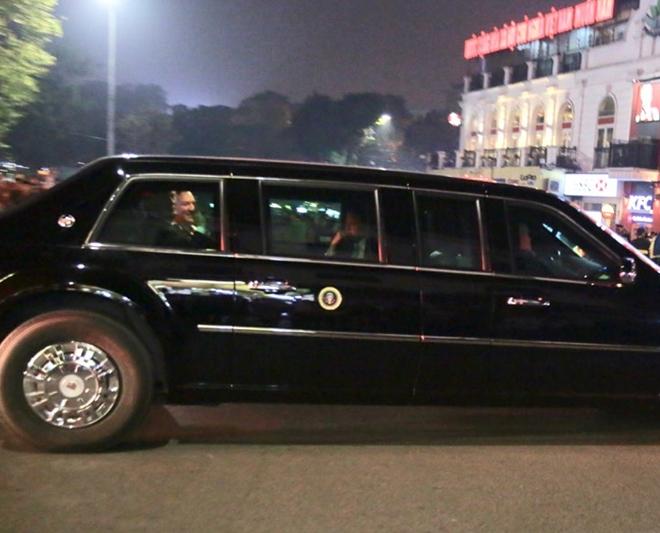 Tổng thống Trump và Ngoại trưởng Pompeo vui vẻ vẫy tay chào mọi người trên đường.