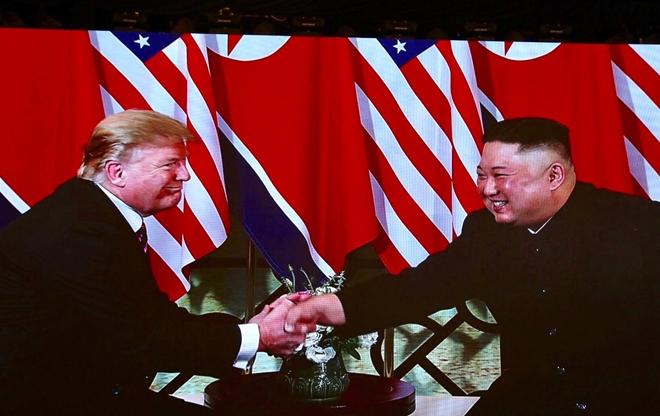 Ngồi xuống bàn để nói chuyện, hai nhà lãnh đạo cười tươi, tiếp tục bắt tay nhau.