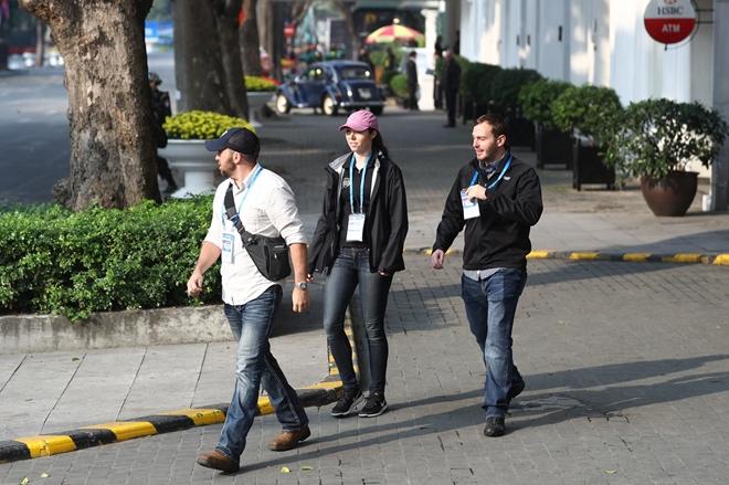 Đặc vụ Mỹ đi bộ quanh khu vực.