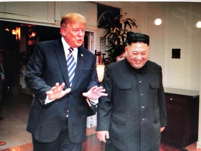 Tổng thống Mỹ và Chủ tịch Triều Tiên tươi cười, vừa đi vừa trao đổi.
