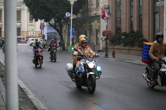 Xe cảnh sát giao thông đi tuần từ sáng sớm