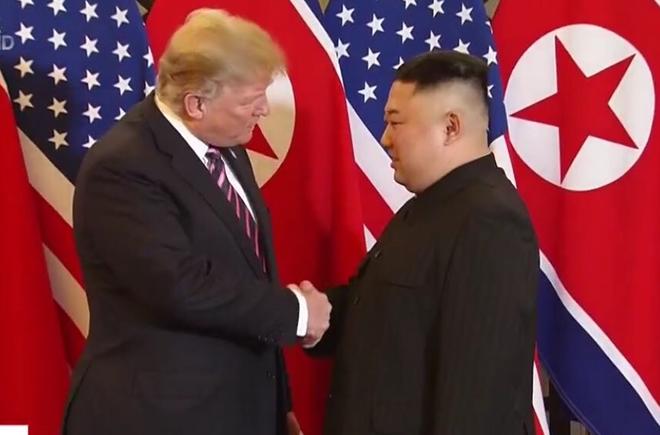 Tổng thống Mỹ và Chủ tịch Triều Tiên vui vẻ bắt tay nhau tối 27-2