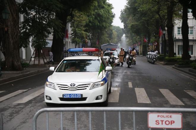 Đoàn xe CSGT Hà Nội túc trực tại đường Lý Thái Tổ.