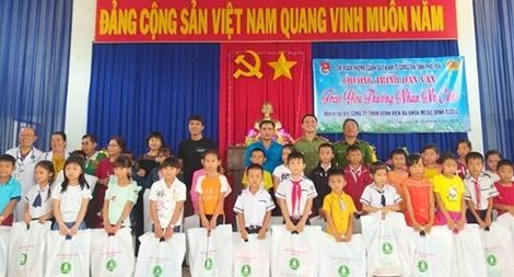 200 suất quà tặng cho người nghèo xã Hòa Tân Đông