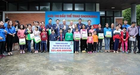 Trao tặng quà cứu trợ cho làng trẻ SOS Hà Nội