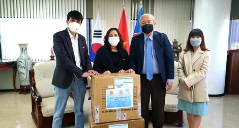 Tặng khẩu trang cho cộng đồng người Việt Nam tại Hàn Quốc