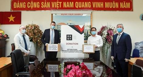 Trao tặng hơn 500 triệu đồng hỗ trợ chống COVID-19