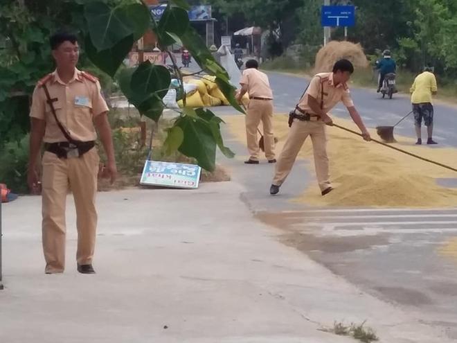 CSGT giúp dân gom lúa tránh mưa được ngợi khen - Ảnh minh hoạ 2