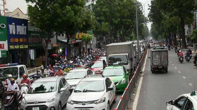 Xe bán tải tông liên hoàn, nhiều người bị thương
