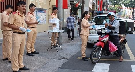CSGT TP Hồ Chí Minh phát khẩu trang miễn phí cho người dân trên đường