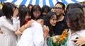 Nữ sinh lớp 12 nghẹn ngào trong ngày chia tay mái trường THPT