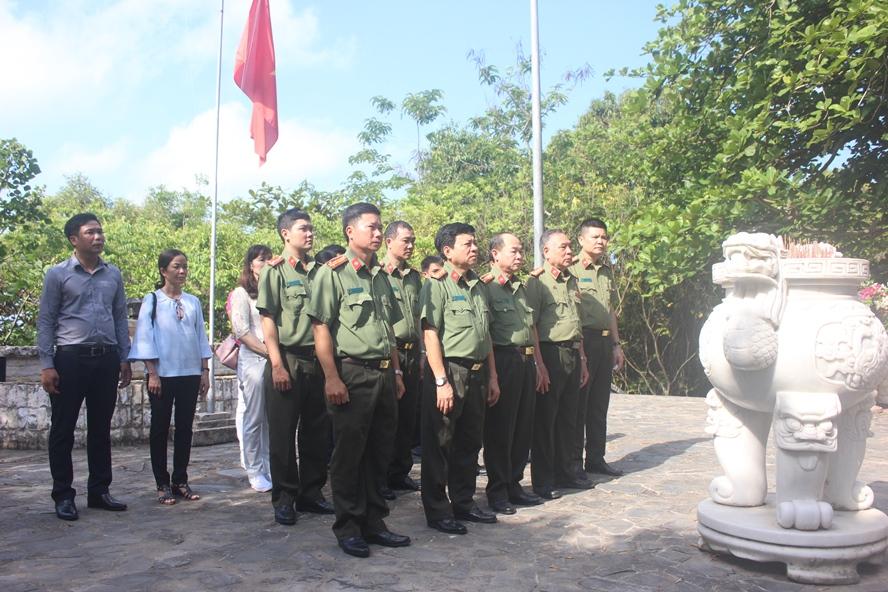 Báo CAND dâng hương Khu Di tích lịch sử quốc gia Hòn Đá Bạc