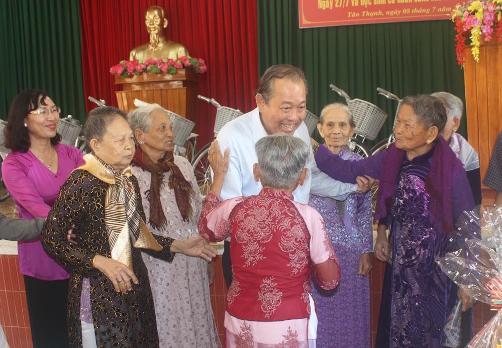 Phó Thủ tướng Thường trực Trương Hòa Bình thăm Mẹ Việt Nam anh hùng và học sinh nghèo hiếu học