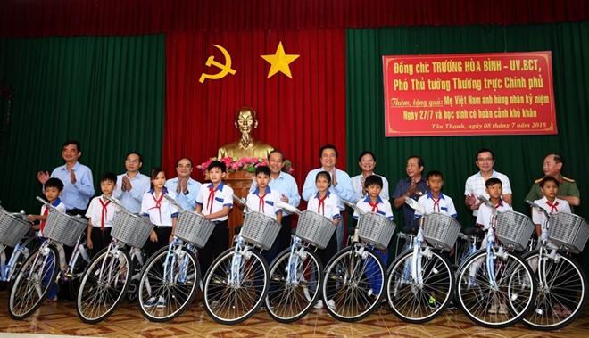 Phó Thủ tướng Thường trực Trương Hòa Bình thăm Mẹ Việt Nam anh hùng và học sinh nghèo hiếu học - Ảnh minh hoạ 3