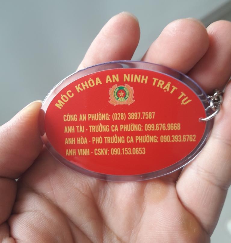 Công an phường Tam Phú, quận Thủ Đức trao móc khóa ANTT cho cư dân