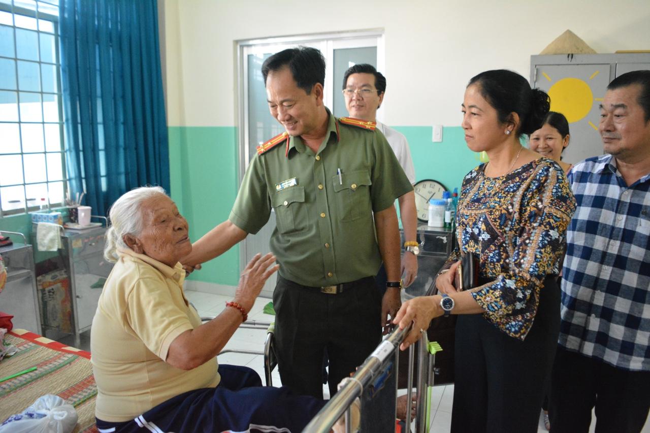 Trao Tết tại Trung tâm Nuôi dưỡng bảo trợ người già và tàn tật Thạnh Lộc