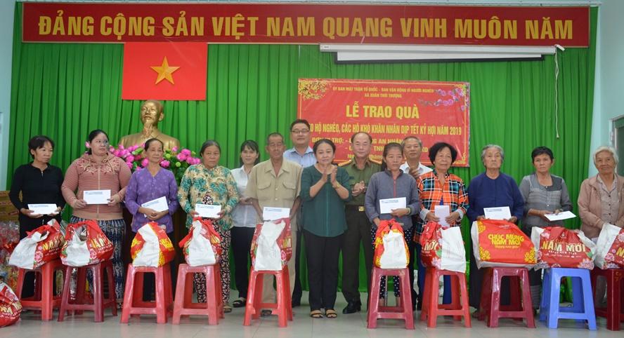 Qùa Tết đến với người nghèo xã Xuân Thới Thượng, huyện Hóc Môn