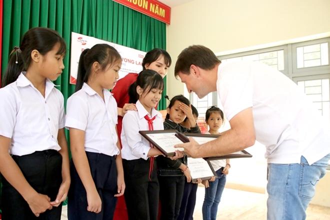 Trao học bổng và tặng quà cho học sinh Đắk Lắk