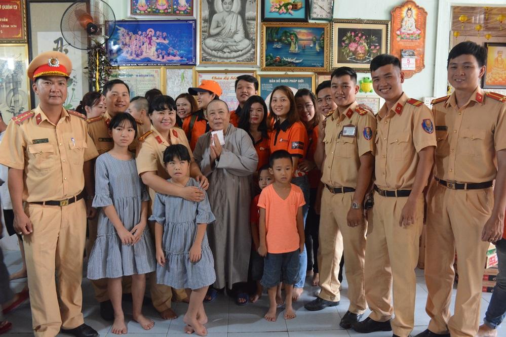 Công an quận 12 đi thăm và tặng quà Mái ấm Minh Tâm