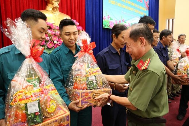 Phó Thủ tướng Thường trực Trương Hòa Bình trao quà Tết cho người nghèo - Ảnh minh hoạ 4
