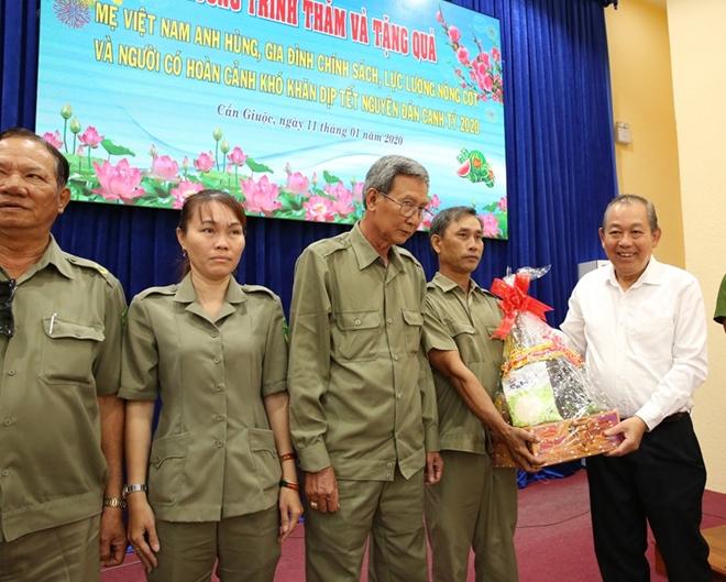 Phó Thủ tướng Thường trực Trương Hòa Bình trao quà Tết cho người nghèo - Ảnh minh hoạ 3
