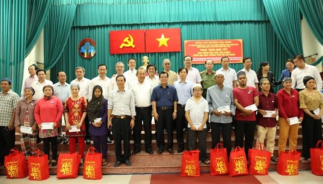 Phó Thủ tướng Thường trực Trương Hòa Bình trao quà Tết cho người nghèo - Ảnh minh hoạ 7