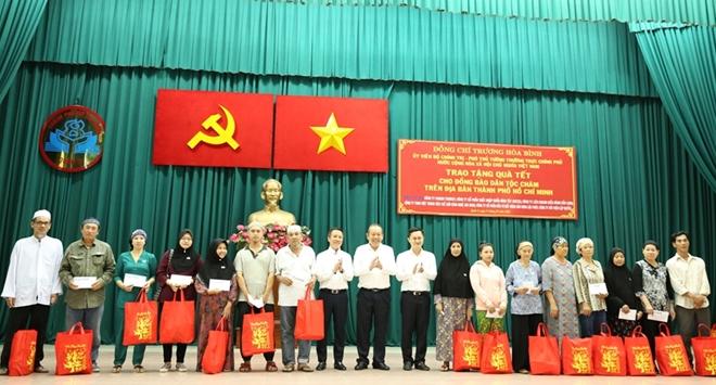 Phó Thủ tướng Thường trực Trương Hòa Bình trao quà Tết cho người nghèo - Ảnh minh hoạ 11