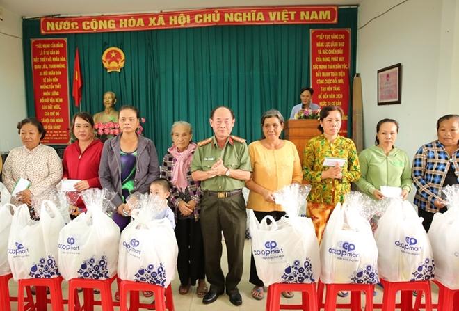 Phó Thủ tướng Thường trực Trương Hòa Bình trao quà Tết cho người nghèo - Ảnh minh hoạ 15
