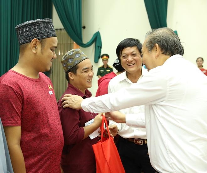 Phó Thủ tướng Thường trực Trương Hòa Bình trao quà Tết cho người nghèo - Ảnh minh hoạ 6