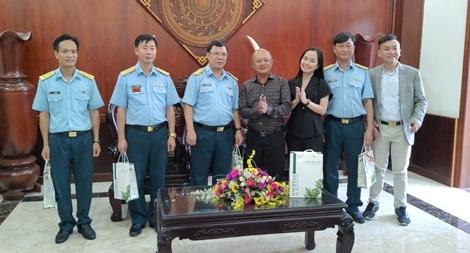 Thăm hỏi, trao quà động viên cán bộ chiến sĩ Sư đoàn 370 và 367