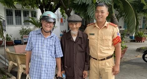 Cảnh sát giao thông giúp cụ già 93 tuổi tìm được người thân