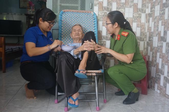 Đoàn Thanh niên Công an TP Hồ Chí Minh đi thăm, tặng quà các Mẹ Việt Nam Anh hùng
