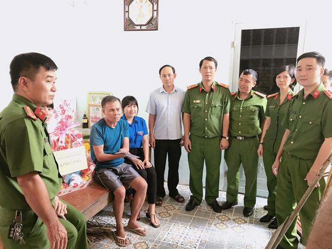 Đoàn Thanh niên Công an TP Hồ Chí Minh đi thăm, tặng quà các Mẹ Việt Nam Anh hùng - Ảnh minh hoạ 4