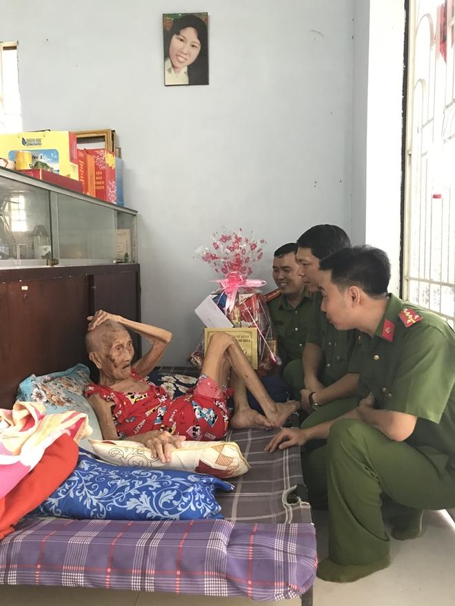 Đoàn Thanh niên Công an TP Hồ Chí Minh đi thăm, tặng quà các Mẹ Việt Nam Anh hùng - Ảnh minh hoạ 2