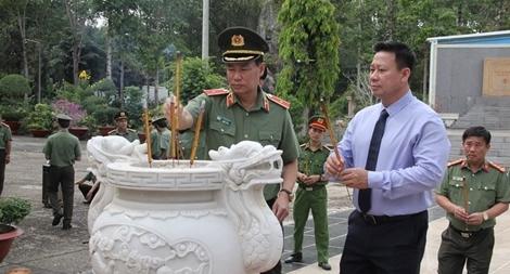 Thứ trưởng Bộ Công an Lê Tấn Tới viếng nghĩa trang liệt sĩ