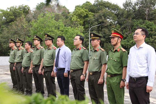 Thứ trưởng Bộ Công an Lê Tấn Tới viếng nghĩa trang liệt sĩ - Ảnh minh hoạ 2
