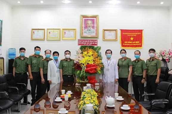 Công an TP Hồ Chí Minh thăm, chúc mừng các đơn vị Y tế