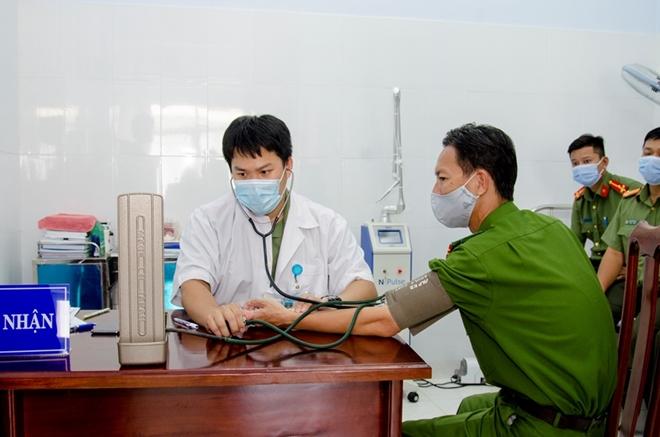 Công an nơi tuyến đầu chống dịch được tiêm vaccine phòng COVID-19 - Ảnh minh hoạ 8