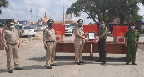 Trao tặng tiền và trang thiết bị y tế cho Cảnh sát Hoàng gia Campuchia