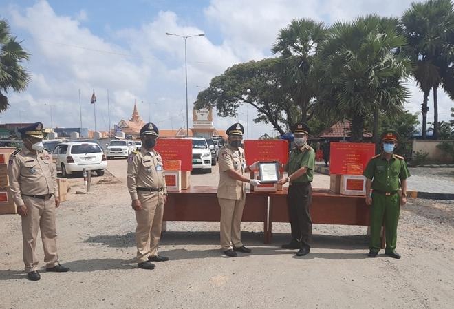 Trao tặng tiền và trang thiết bị y tế cho Cảnh sát Hoàng gia Campuchia - Ảnh minh hoạ 2