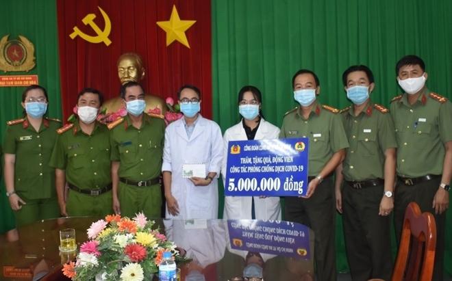 Nhiều hoạt động thăm, tặng quà cho các tuyến đầu tham gia phòng chống dịch COVID-19