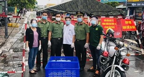 Tuổi trẻ Công an TP Hồ Chí Minh nấu cơm phát cho dân nghèo