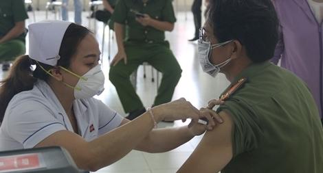 Công an TP Hồ Chí Minh tiêm vaccine ngừa COVID-19 cho CBCS
