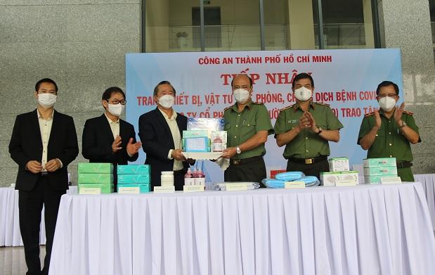 Công an TP Hồ Chí Minh tiếp nhận trang thiết bị, vật tư y tế phòng, chống dịch COVID-19 - Ảnh minh hoạ 2