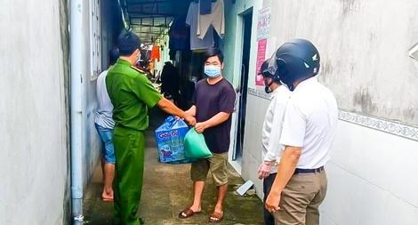 Công an thị xã Phú Mỹ hỗ trợ lương thực cho người dân
