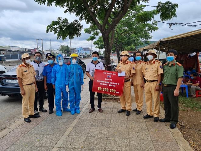 Công an thị xã Phú Mỹ hỗ trợ lương thực cho người dân - Ảnh minh hoạ 3
