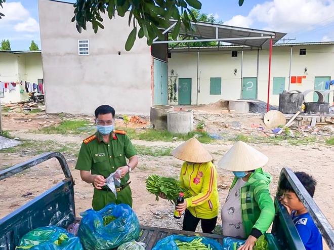 Công an thị xã Phú Mỹ hỗ trợ lương thực cho người dân - Ảnh minh hoạ 2
