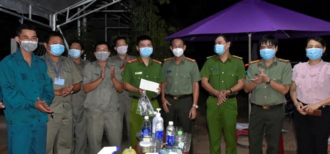 Chế biến 100 chai nước chanh dây mang đến tặng các chốt kiểm dịch - Ảnh minh hoạ 2