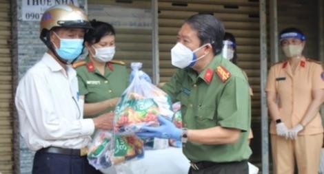 Công an TP Thủ Đức trao tặng thiết bị y tế và nhu yếu phẩm