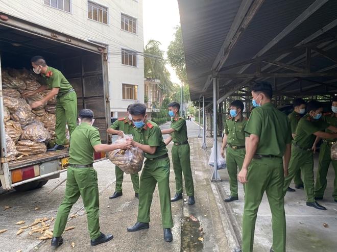 Công an tỉnh Đắk Nông ủng hộ 12 tấn nông sản cho TP Hồ Chí Minh - Ảnh minh hoạ 3